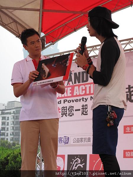 王昱翔(右)的「動手動腳」獲得攝影比賽第一名,以藍白拖鞋與破舊電扇表現貧窮意象.JPG