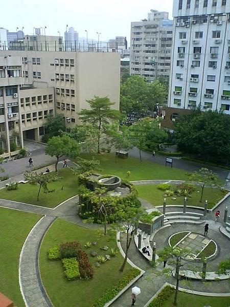 師大的科技大樓和綜大背面