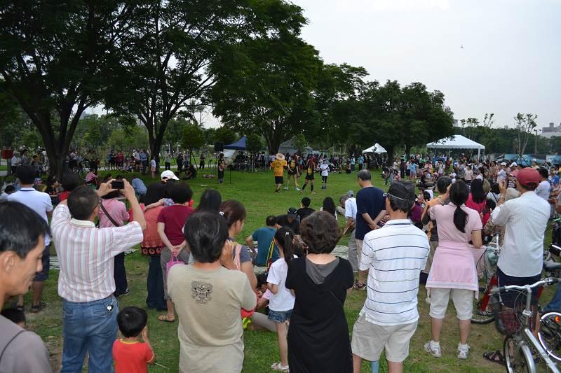 昨天的紫檀花季吸引了三、四百民眾參加。02