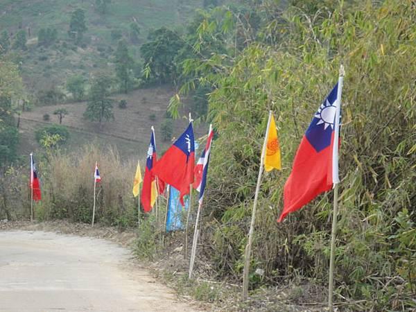 光復高中圍牆外國旗佈置2.JPG