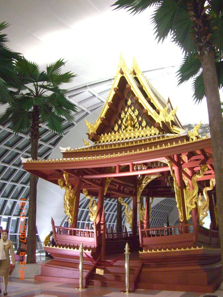 泰國機場..也有佛像..觀光果然有形象!!.JPG