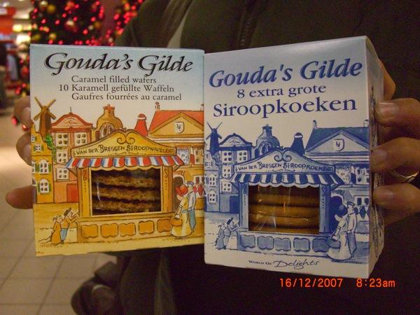 等待轉機..趕快買了荷蘭有名的華芙餅乾.JPG