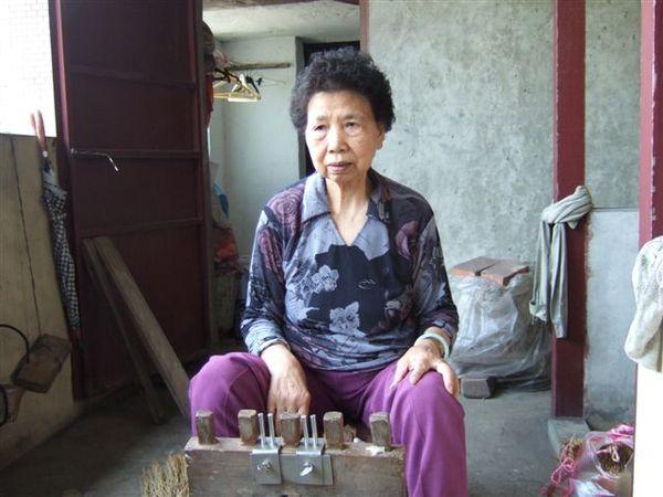 蕭女士和編織草鞋工具