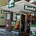位於溫哥華市中心的Roots專賣店,店面屬於長窄型,店面的後半部有比較齊全的Roots Baby以及Kids系列。