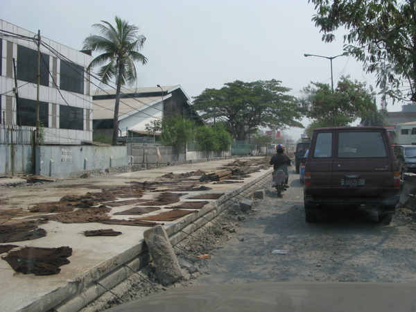 為了躲塞車而繞路,卻碰到路在整修…