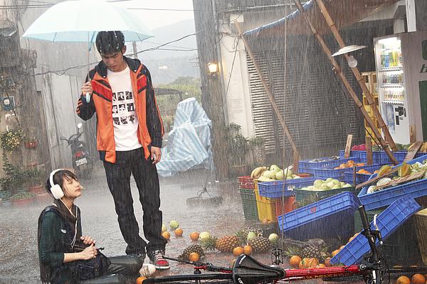 菁菁(簡嫚書飾)雨天騎車撞進阿海(張書豪飾)家水果攤