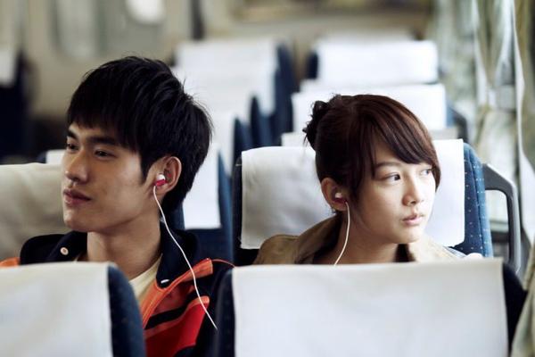 阿海(張書豪飾)與菁菁(簡嫚書飾)第一次共享耳機裡的樂音