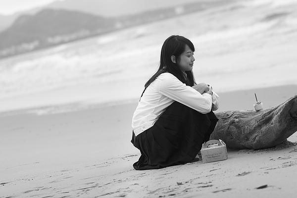 菁菁(簡嫚書飾)海邊幫爸爸慶生