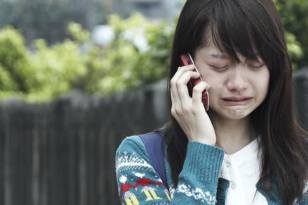 菁菁(簡嫚書飾)打電話聽亡父的語音信箱,激動淚崩