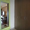 門口的穿衣鏡跟衣櫃