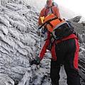 攀爬最後一段驚險的冰坡