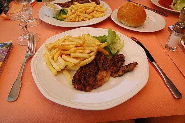 亞維濃:午餐的主菜牛排