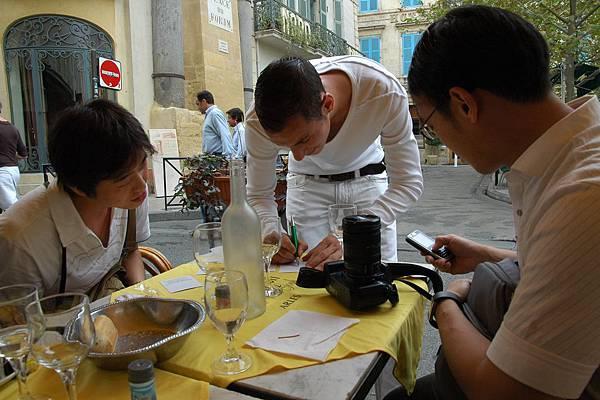 黃屋的午餐: 熱情的法國服務生跟我們交換紀念品