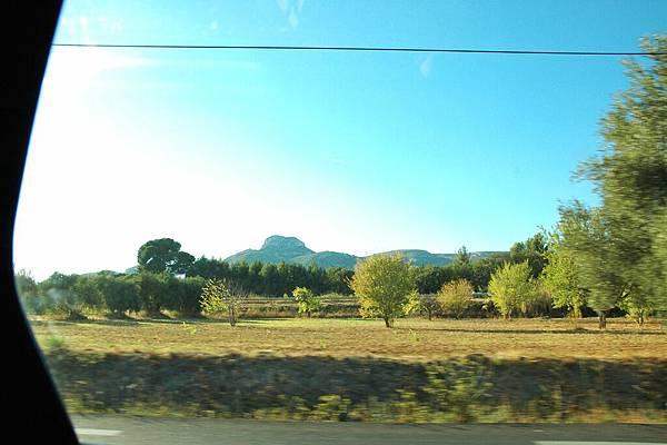行駛在漂亮鄉間景致