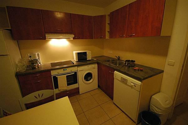 今天住獨棟的度假屋喔:一應俱全的廚房