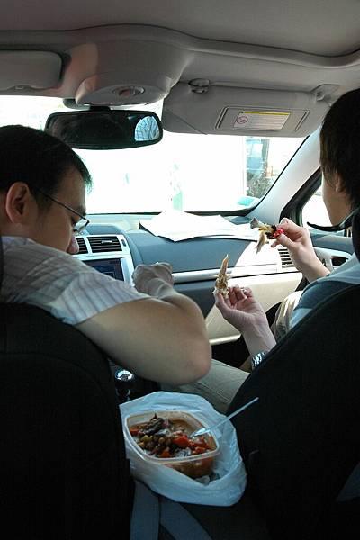 趕路在車上吃飯