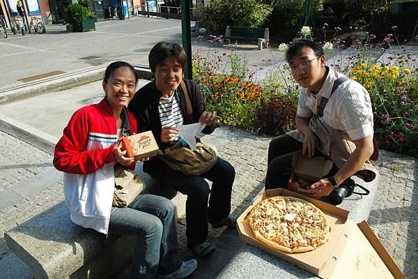 在繁花似錦的巴黎街頭吃pizza