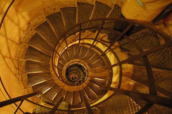 凱旋門的螺旋樓梯走起來還蠻累的
