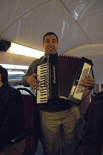捷運上的拉手提琴藝人