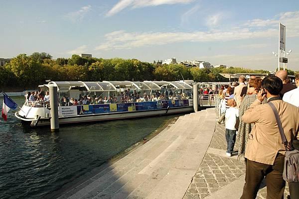 坐船遊塞納河
