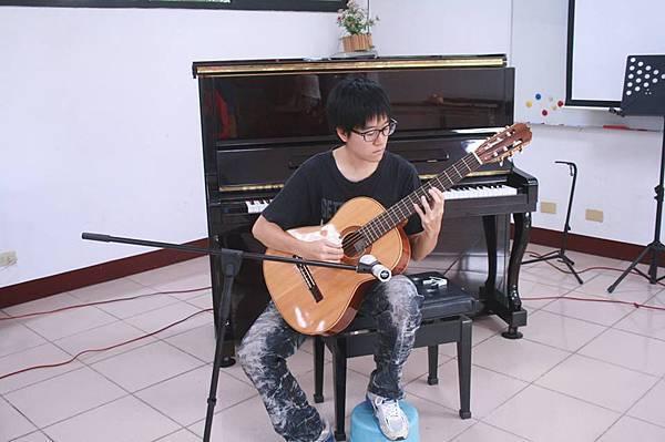 余曉峯師姐彈吉他