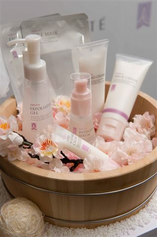 LIBOTE全系列產品從潔顏、潤澤、保濕到特殊保養共計11個品項,除天然溫泉水外,並添加多種天然精華滋養成份,提供肌膚完整的和風美肌呵護.JPG
