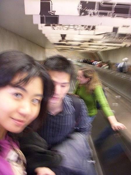 超長的捷運電梯