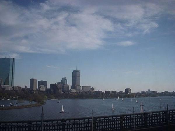 電車外的Charles River