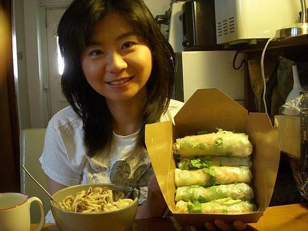 午餐是越南春卷和朋友做的肉燥麵