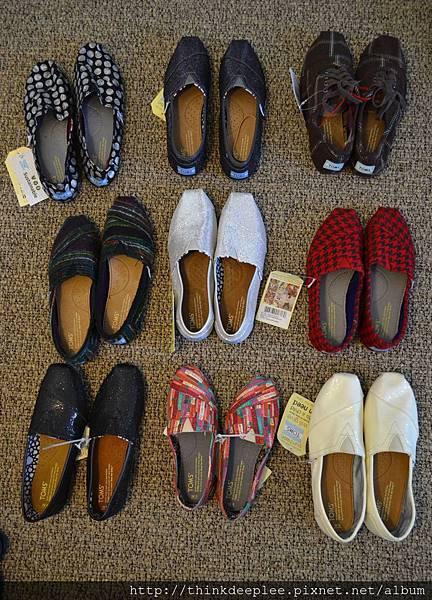 從特賣會回家清點鞋