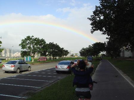 2008_1017_151152彩虹真的好美,有彩虹陪伴,騎車更愉快.JPG