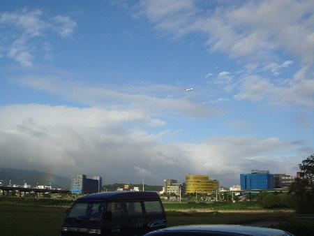 2008_1017_160534雨停了,彩虹也慢慢消失了,只剩左端一點點,騎到松山附近有飛機起飛.JPG