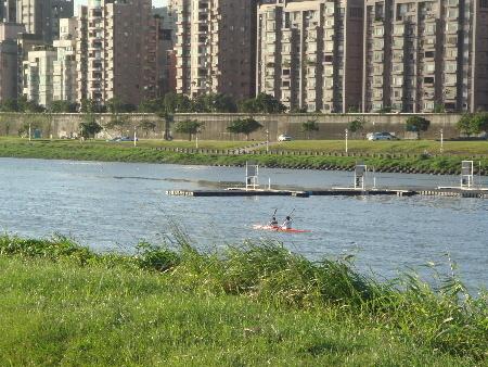2008_1017_163322有人在划船耶,馬上把相機拿出來,卻馬上划的老遠,騎車都追不上.JPG