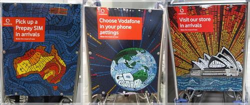 國際機場裡推車廣告用英文字排成的圖很好看