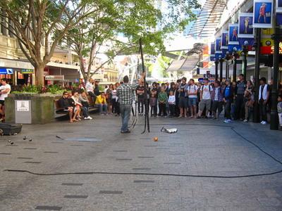 2009_0703_135912突然看到右邊很多人聚集,原來有街頭藝人要表演.JPG