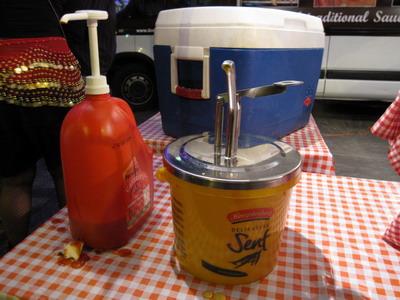 2009_0828_212048再加上黃芥末跟番茄醬.JPG