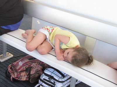 2009_0929_171308 外國小妹妹睡著了 吃手指.JPG
