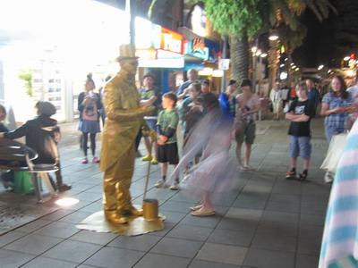 2009_0929_193425 街頭藝人表演 可是投錢只有握握手.JPG