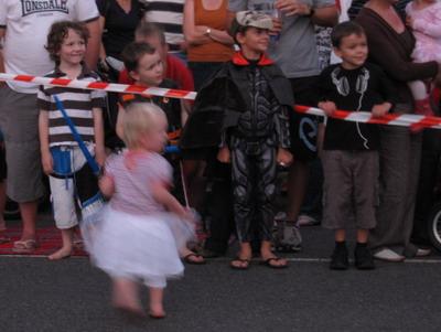 小女孩穿紗裙跳舞跳得很開心