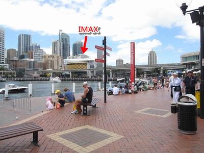 2009_1230_122628黃黑色相間的就是全世界最大的IMAX.JPG