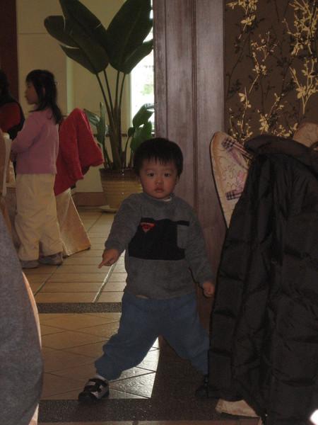 浩恩聽到音樂就擺了pose,準備要跳舞了