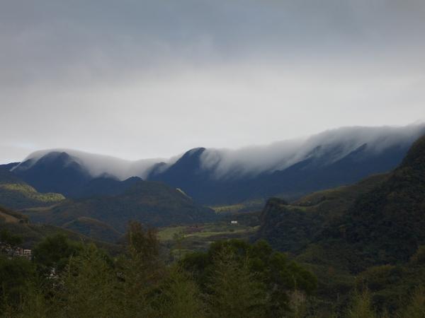 放大來看,山頭有「雲瀑」