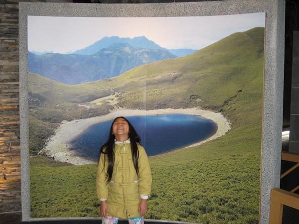 在遊客中心看到「嘉明湖」的照片,超美的!