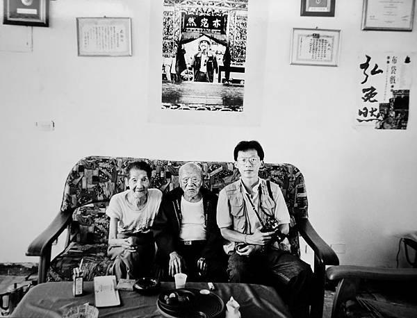 紀國章本人肖像(翻拍)--14-2(1996與黃海岱乾爹,李天祿,2位布袋戲大師在三峽合影紀念)