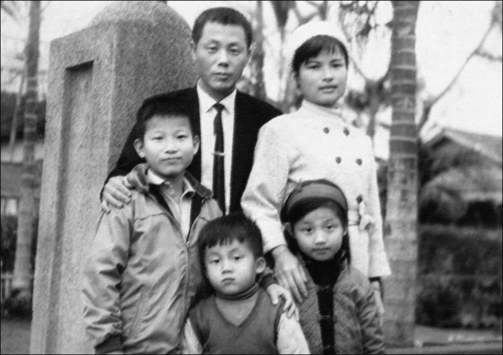 藝術家紀國章與胞兄徐宥馮童年家庭紀念照-2(低檔).jpg