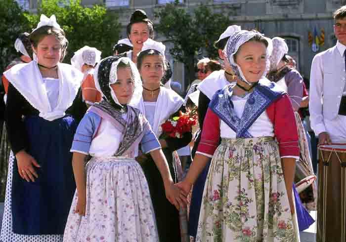 法國普羅旺斯傳統服裝節-2.jpg