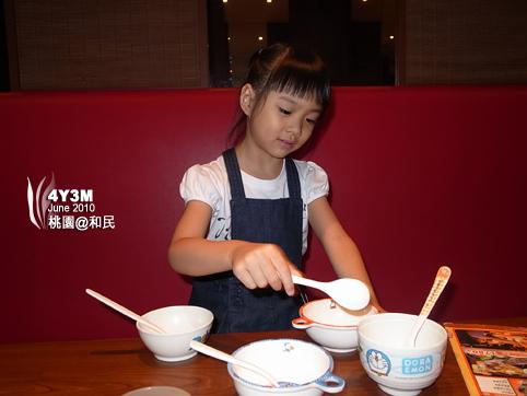 小思毅分配兒童餐具