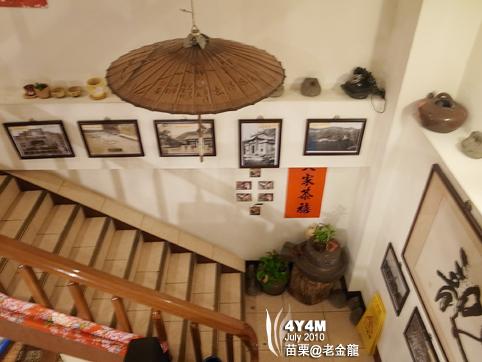 樓梯掛滿了懷舊照