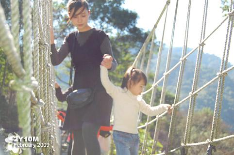 搖來搖去很害怕走吊橋的的母女檔