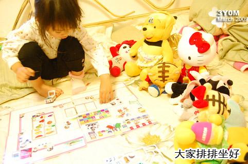 小思毅讓娃娃們全都排排站